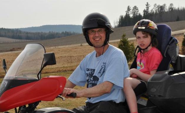 Photo de Fannie en motocyclette avec son papa